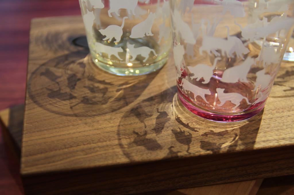 グラスの底面にはラスター加工と言われている着色技法が用いられており、底から上方向に向かって奇麗なグラデーションが表現されています。女性はもちろん、男性でも使える大人仕様のネコ柄グラスです。