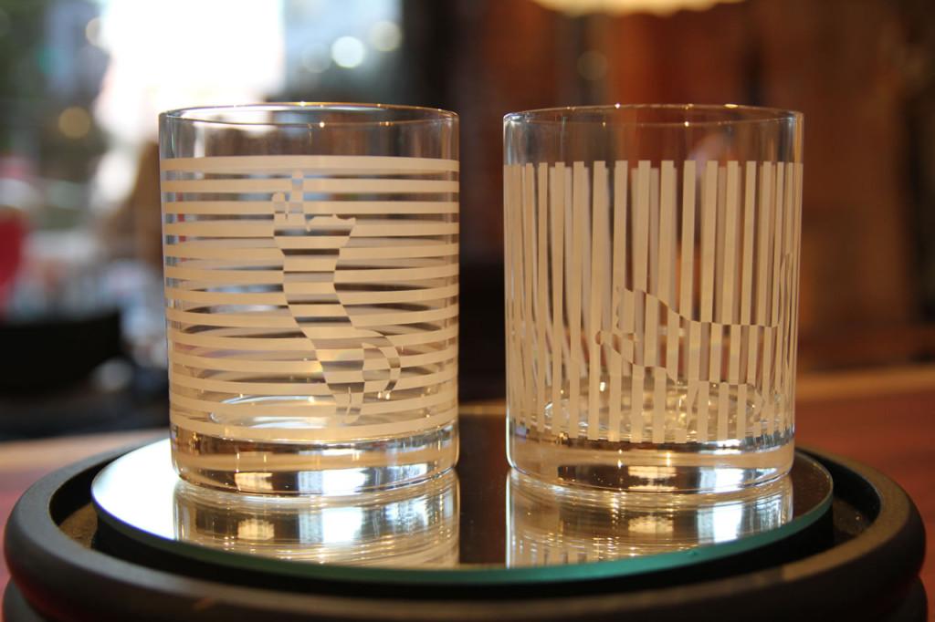 こちらは野澤健デザインのグラス。「Slit」と名付けられたデザインは、シンプルな縦と横のボーダー模様の中に一匹のネコが隠されたデザインとなっています。